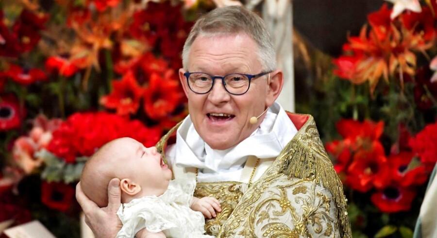 I en 111 år gammel dåbskjole blev prins Gabriel døbt under skrig og skrål i Drottningholms Slottskirke.