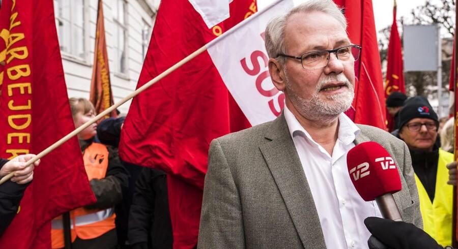 Dennis Kristensen kommer for en kort bemærkning ud fra forhandlingerne og mødes af Røde faner foran forligsinstitutionen på Sankt Annæ Plads 5 i København lørdag den 31. marts 2018. Forhandlingerne fortsætter på det kommunale område efter forligskvinden har udsat konflikten i to uger. (foto: Martin Sylvest/Scanpix Ritzau 2018)