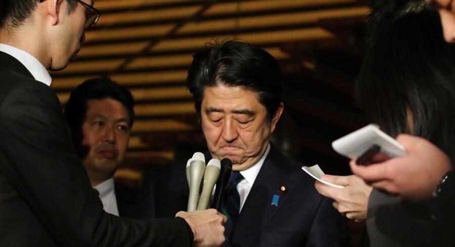 Den japanske premierminister Shinzo Abe taler med journalister efter et møde lørdag dansk tid.