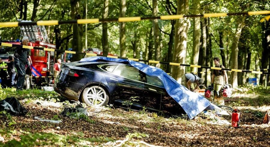 En Tesla, der er kørt ind i træ i Holland i sidste uge. AFP PHOTO.