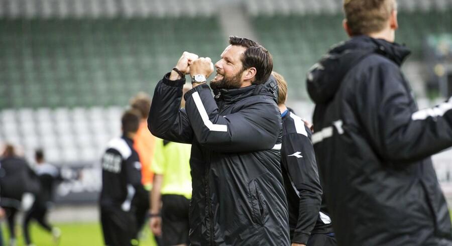 FC Helsingørs cheftræner Christian Lønstrup jubler, da Helsingør udligner til 2-2. Med 2-2 rykker Helsingør op i Superligaen og Viborg må en tur ned i 1. division.