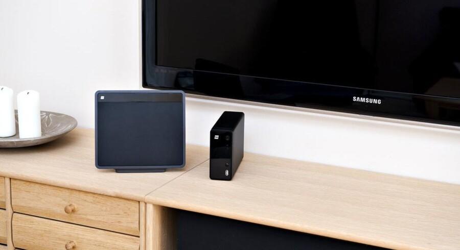 Større er den såmænd ikke, TDCs Homedisk, som er den lille sorte boks til højre på reolen. Boksen ved siden af lysene er den router, som samler al kommunikation i hjemmet og gør den trådløs. Foto: Casper Christoffersen, Scanpix