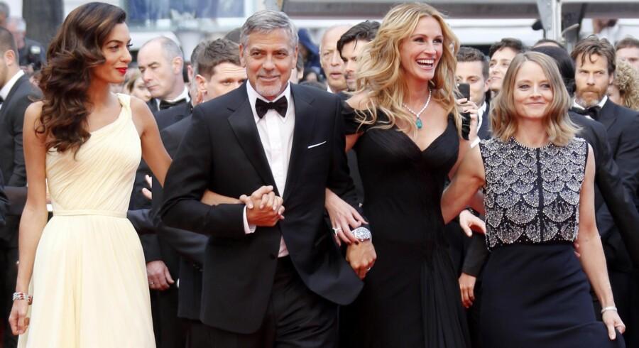 Verdensstjerner stjæler rampelyset i Cannes – også når de slet ikke deltager i kampen om Guldpalmen. Instruktør Jodie Foster (th.) har Julia Roberts og George Clooney som hovedrolleindehavere i den nye film »Money Monster«, der er med i Cannes uden for konkurrencen. George Clooney havde sin næsten lige så berømte advokat- og aktivisthustru, Amal, med på den røde løber. Hun er ikke med i »Money Monster«. Foto: Regis Duvigneau/Reuters