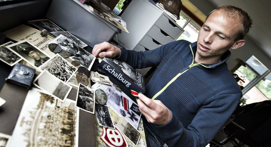 Lars Larsen fra Randers samler og studerer Frikorps Danmark-effekter, breve, udstyr og fotografier og har mødt adskillige af de tidligere medlemmer af Frikorps Danmark. Foto: Henning Bagger