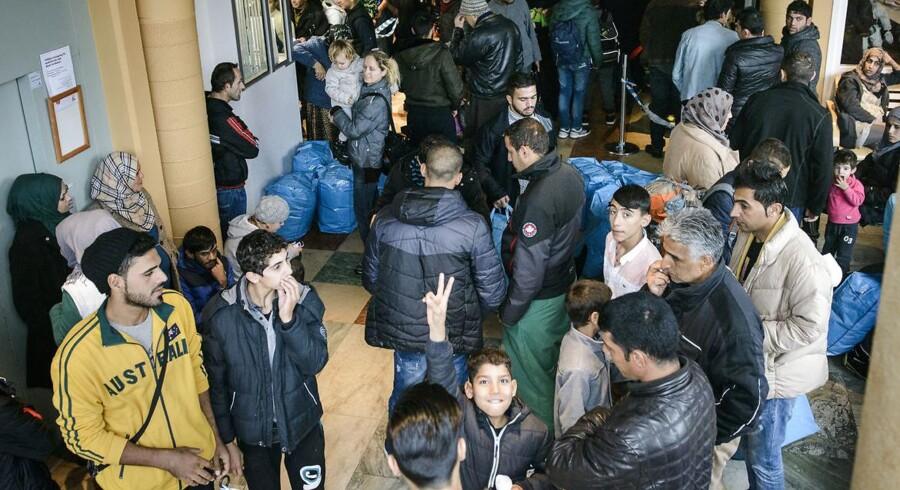 Flygtninge og migranter står i kø hos Migrationsverket i Malmø, der er Skånes hovedvej ind i Sverige for de flygtninge, som primært ankommer efter at have rejst gennem Danmark.