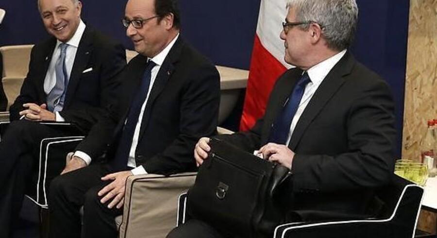 Frankrigs udenrigsminister, Laurent Rabius (med gråt slips) og præsident Francois Hollande havde smilene fremme under de afsluttende manøvrer af lørdagens lovende klimaforhandlinger forud for ministrenes ankomst.