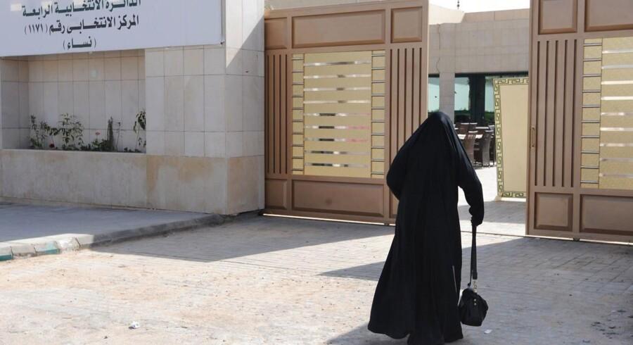 I valglokaler forbeholdt kvinder havde saudiarabiske kvindelige vælgere i weekenden for første gang mulighed for at afgive deres stemme ved en valghandling, hvor der også for første gang i kongedømmets historie var kvindelige kandidater på stemmesedlerne ved lokalvalene. I en forstad til Mekka, betød det valg til den første kvinde nogensinde, Salma bint Hizab al-Oteibi.