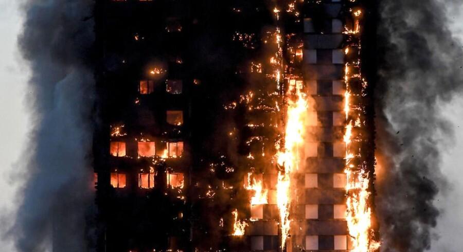 Flammer tog lynhurtigt fat i Grenfell Tower i London. Forsikringsselskaber vil nu genbesøge de danske regler for brandsikkerhed, fordi det efter alt at dømme var den såkaldte plastisolering, der fungerede som »benzin på bålet«.