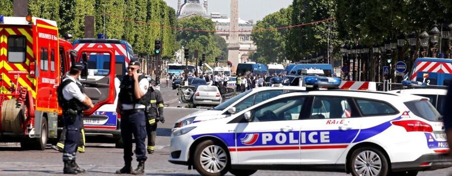 Fransk politi sikrer området på Champs-Élysées i Paris, hvor en bil er kørt ind i en politibil.