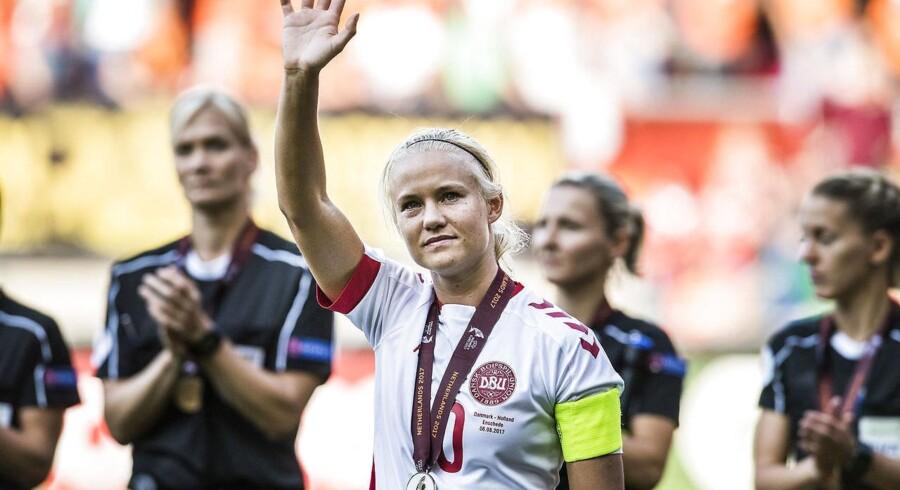 Anfører Pernille Harder modtager sin sølvmedalje efter Danmarks 2-4-nederlag i EM-finalen mod Holland.