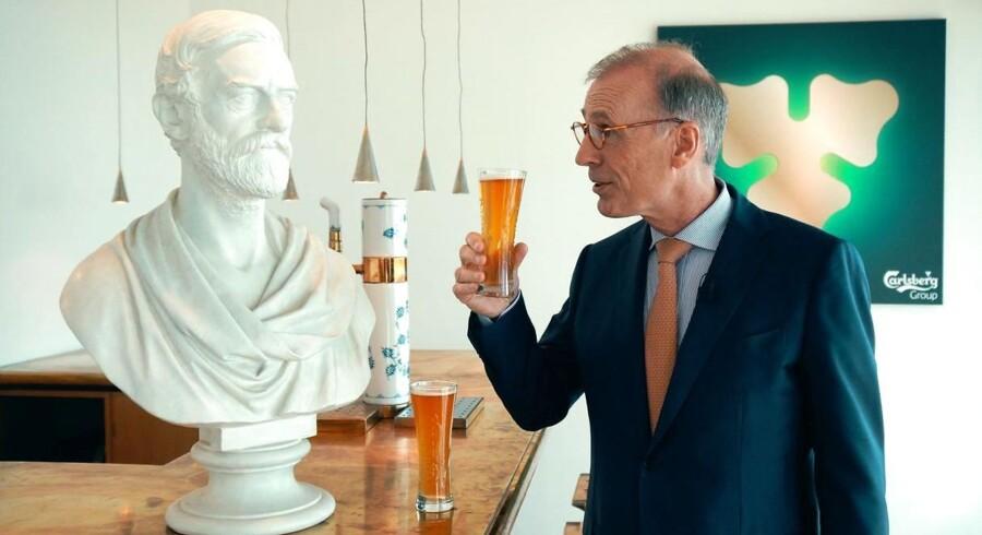 Carlsbergs topchef Cees 't Hart skåler med Carlsbergs stifter JC Jacobsen.