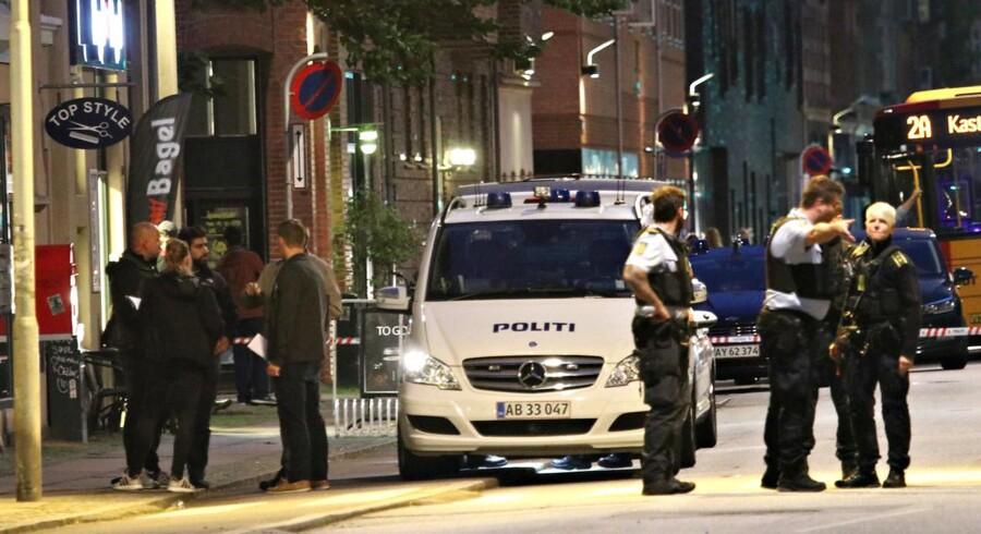 Politi på stedet i Holmbladsgade på Amager i København, hvor en person tirsdag aften blev ramt af skud.