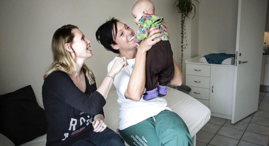 """Den private fødeklinik. """"Storkereden"""" Stine Klinksgaard, der fødte sit tredje barn, Marie på fire måneder, på den første private fødeklinik i regionen. Jordemoder og ejer af klinik, Louise Zielinski"""