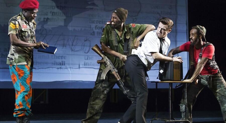 """General Røv Fucking Nøgen - ja, det hedder han - (Al Agami) ved godt, hvad han skal gøre med den mormonbibel, han har fravristet ældste Price (Silas Holst) i """"The Book of Mormon"""" på Det Ny Teater. Foto: Mikols Szabo."""