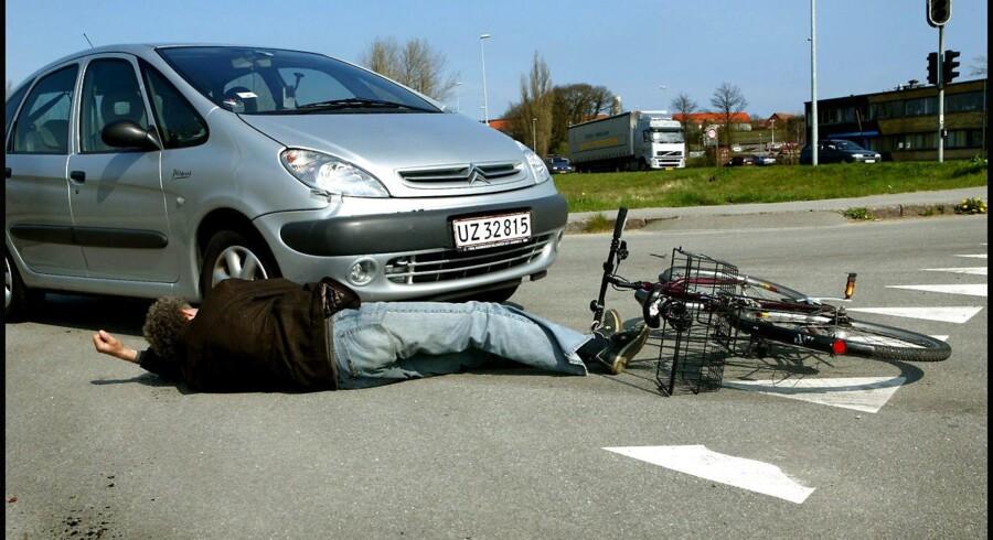 En mandlig cyklist mistede søndag eftermiddag livet. Det skete, efter at han kolliderede med en lastbil i krydset mellem Roskildevej og Tårnvej i Rødovre.