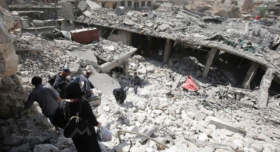 Røde Kors: Civile er ramt af splinter, bløder fra øjnene, de er skudt i hovedet eller de har ligget begravet. / AFP PHOTO / AHMAD AL-RUBAYE