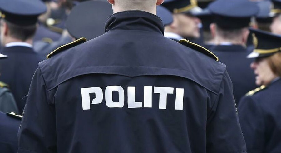 Den pågældende politimand risikerer at blive dømt for, at han sidste år lod sin pistol ligge på et offentligt tilgængeligt toilet på Christiansborg.