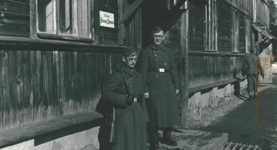 SS-soldater ved en udrydelseslejr i Bobruisk i Hviderusland, hvor en stor del af de danske Frikorps Danmark-medlemmer gjorde tjeneste. Det gjaldt også den i dag 91-årige Helmuth Leif Rasmussen (optræder ikke på billedet), som anklagemyndigheden ind til denne uge har efterforsket for krigsforbrydelser. Arkivfoto.