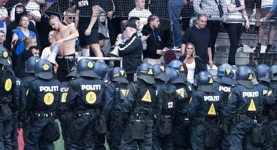 Politi ved FCK fans under Superligakampen mellem Brøndby IF og FCK, Søndag den 6. august 2017.. (Foto: Claus Bech/Scanpix 2017)