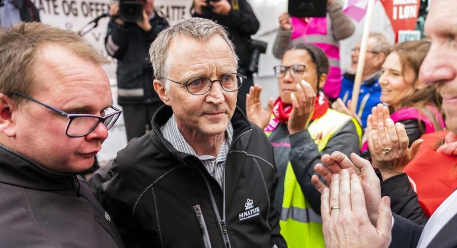 Anders Bondo taler til støtterne på gaden. Forligsinstitutionen i København. Forhandlere på det statslige, kommunale, og regionale område mødes til forhandlinger i Forligsinstitutionen i København, fredag den 27. april 2018. (foto: Martin Sylvest/Scanpix Ritzau 2018)