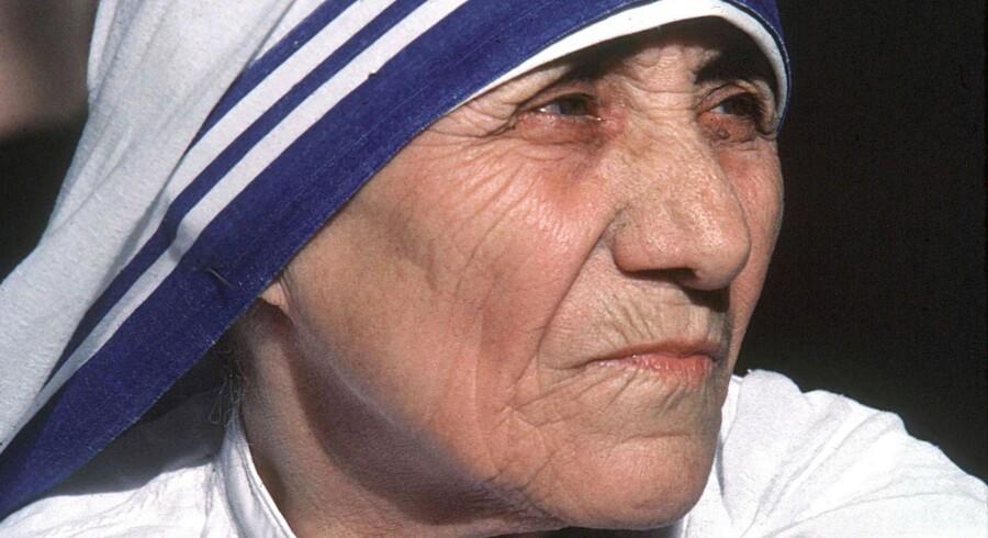 Den verdensberømte albanske nonne Moder Teresa, som døde i 1997, helgenkåres af pave Frans for fattigdomsarbejde og to mirakler. Foto: Tekee Tanwar/AFP