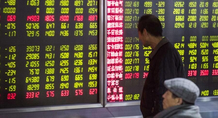 Kinesiske invenstorer tager et kig på aktietallene.