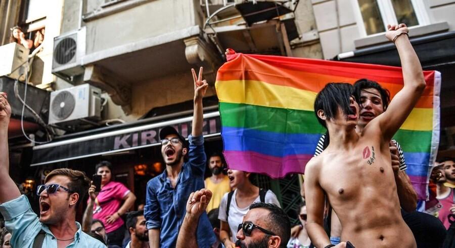 For fjerde år i træk satte de tyrkiske myndigheder foden ned og stoppede pride-parade i landets største by. / AFP PHOTO / BULENT KILIC