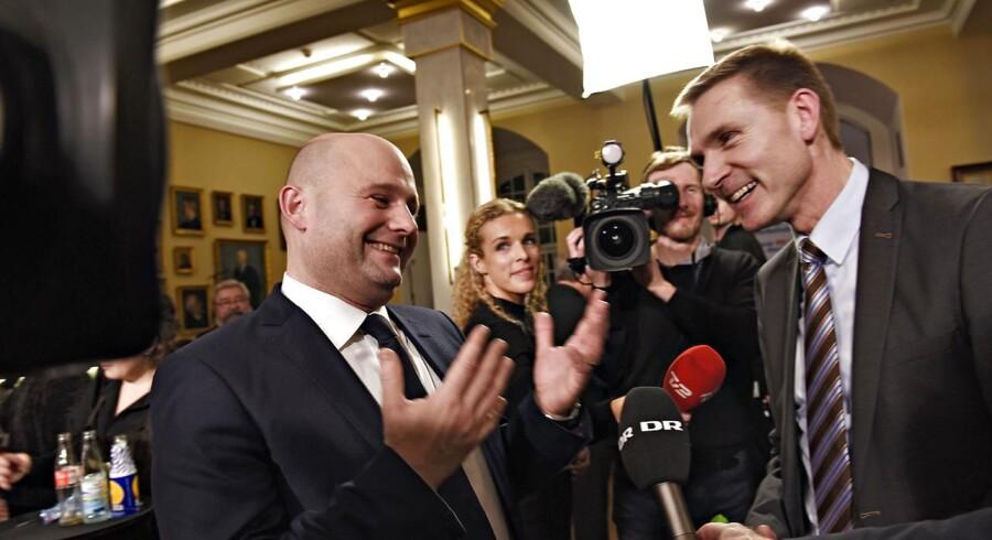 Dansk Folkepartis Kristian Thulesen Dahl (th) hilser på Konservatives Søren pape til valgfesten for afstemningen om Retsforbeholdet på Christiansborg torsdag aften d.3 december 2015. (Foto: Linda Kastrup/Scanpix 2015)