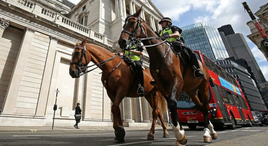 Mounted police personnel ride past the Bank of England in central London on August 4, 2016, ahead of an expected interest rate reduction. The Bank of England is expected to slash interest rates to a record-low 0.25 percent later Thursday and could pump more stimulus into the economy as it battles the fallout from Britain's vote to leave the EU, economists say. The announcement, due Thursday after the British central bank's latest monetary policy meeting, would take rates to their lowest level in the BoE's 322-year history / AFP PHOTO / JUSTIN TALLIS