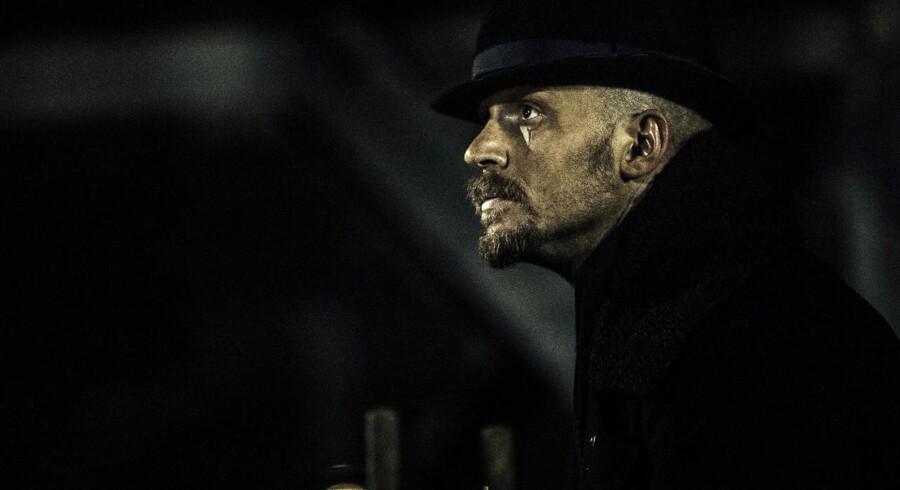 »Når mænd møder modgang, bliver de til krigere – eller også stikker de af,« mener Tom Hardy, der her ses i en scene fra TV-serien »Taboo«; som han både har været emd til at skrive og spiller hovedrollen i. Foto: HBO Nordic.