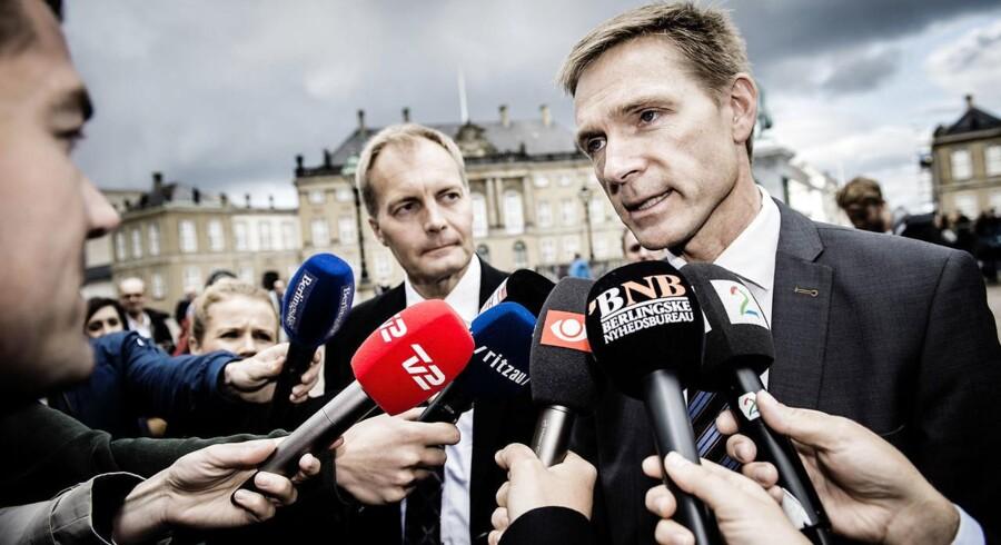 Dansk Folkepartis Kristian Thulesen Dahl og Peter Skaarup ankommer til Amalienborg for at meddele dronning Margrethe, hvem de peger på som landets kommende statsminister.