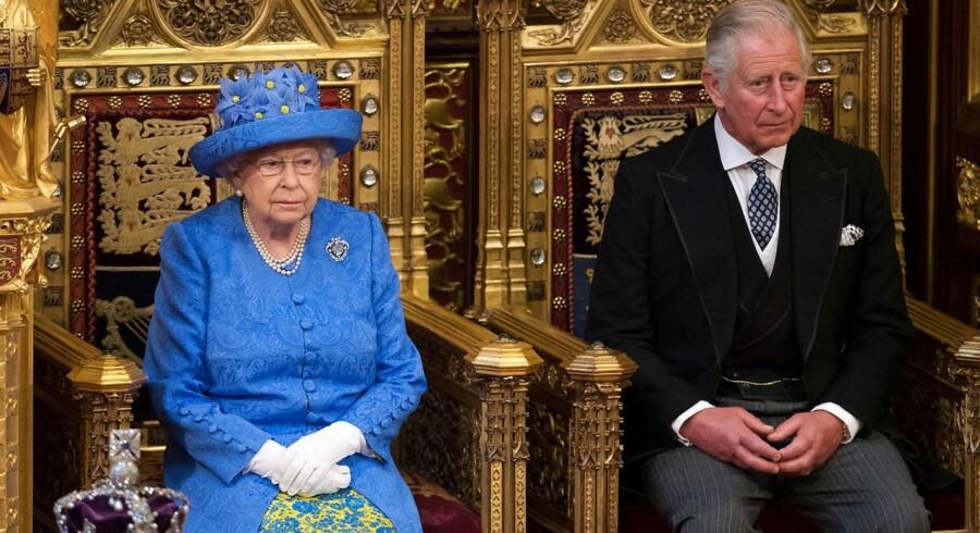 Den britiske dronning åbnede onsdag det britiske parlament. Undtagelsesvis mødte Elizabeth II frem i »civil«, hvor nogle har bemærket, at hun valgte EUs farver. Ved hendes side sad konprins Charles, fordi den 96-årige prinsegemal, Philip, var blevet indlagt på hospital med, hvad der bliver betegnet som ikke-alvorlig sygdom.