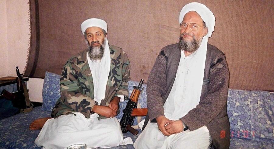 ARKIVFOTO fra 2001: Osama bin Laden sammen med Ayman al-Zawahiri på et uidentificeret sted i Afghanistan.