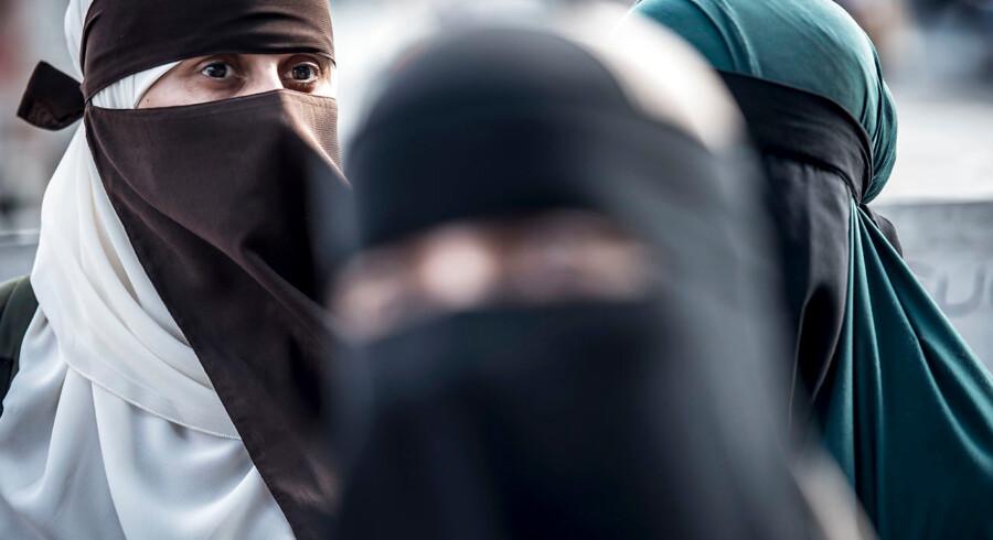 Tildækningsforbud, maskeringsforbud eller slet og ret burkaforbud. Regeringens lov mod tildækning blev døbt mange navne. Ligesom andre forbud i 2018 rykker dette ved vores frihedsrettigheder, mener Tænketanken Justitia.