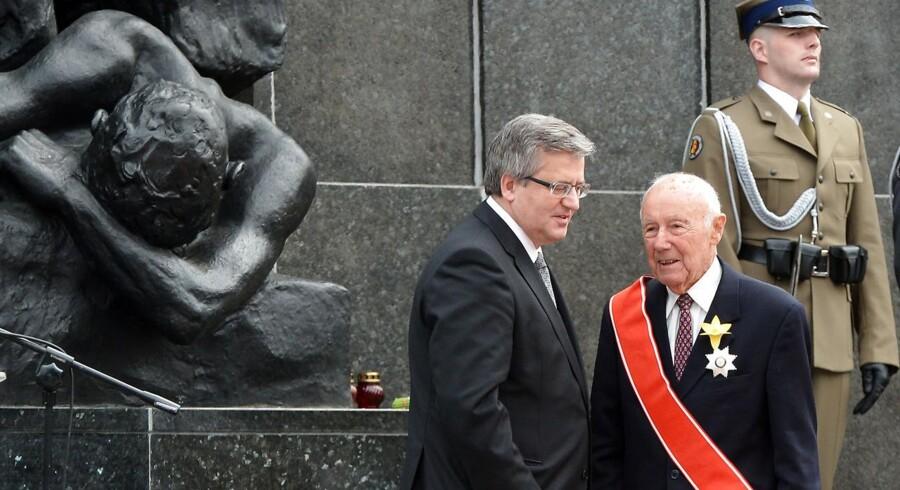 Den polske præsident Bronislaw Komorowski gav i 2013 Simcha Rotem Polens fornemmeste ærespris. Her ses de foran mindesmærke for Warszawa-opstanden.. AFP PHOTO / JANEK SKARZYNSKI. JANEK SKARZYNSKI / AFP