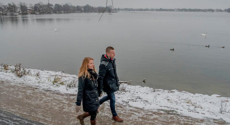 I syv år har Jane og Rasmus forsøgt at blive forældre, men familiedrømmen lader vente på sig. De bruger gåturene omkring Damhussøen i København til at lufte tankerne og få fornyet energi til næste fertilitetsbehandling.