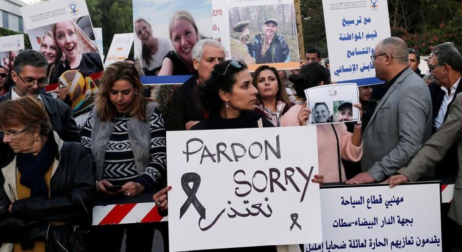 Lokale samlet til mindehøjtidelighed foran den danske ambassade i Marokkos hovedstad, Rabat.