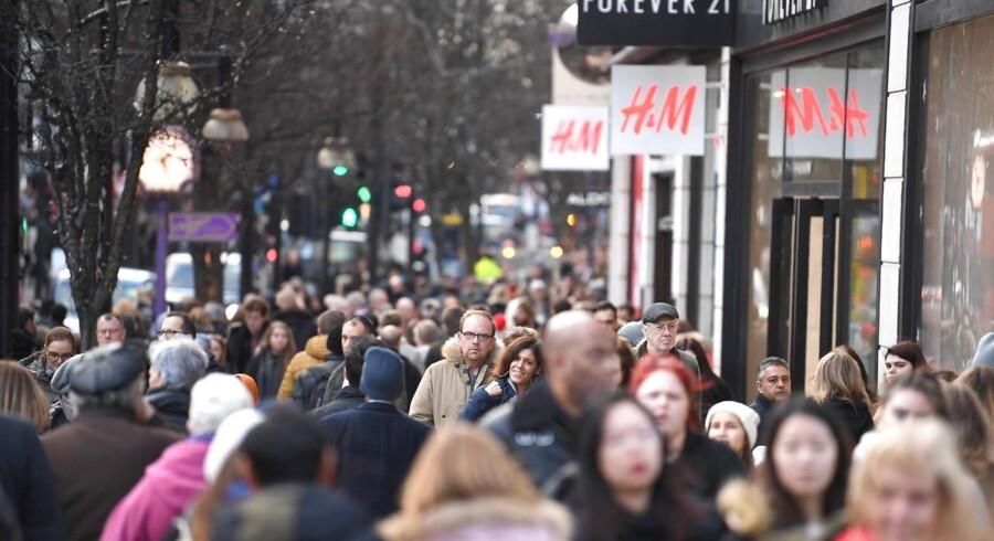 Julehandelen endte rigtigt godt mange steder i verden, og det kastede juleglæde over aktiekurserne 2. juledag. Her er der juleindkøb for alle pengene i London. Arkivfoto: Neil Hall, EPA/Scanpix