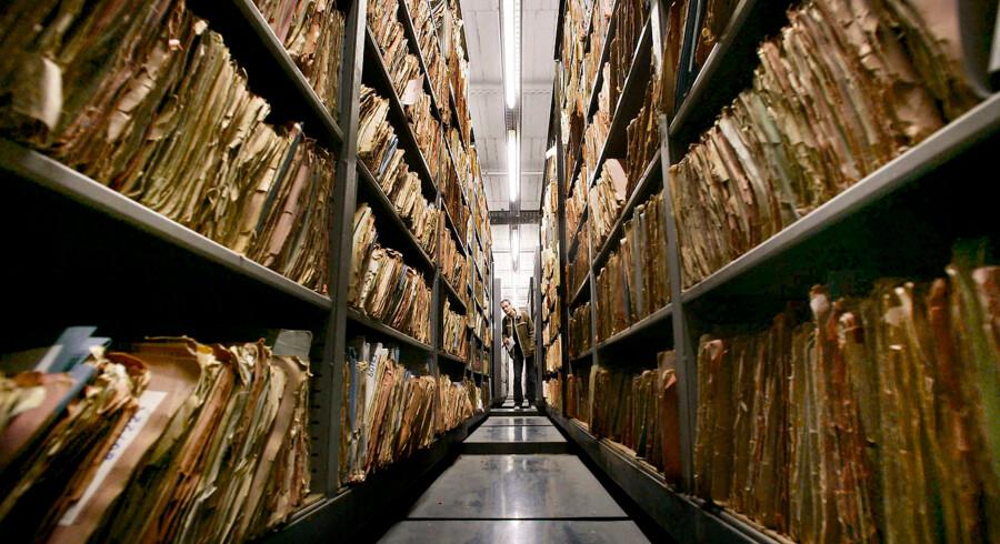 3,2 millioner østtyskere har siden 1992 anmodet om aktindsigt i deres Stasi-filer. Selv om det snart er 30 år siden, at Berlinmuren faldt, er der fortsat mange, der sender en formel ansøgning. Hvad vidste Stasi om mig? Hvem stak mig?