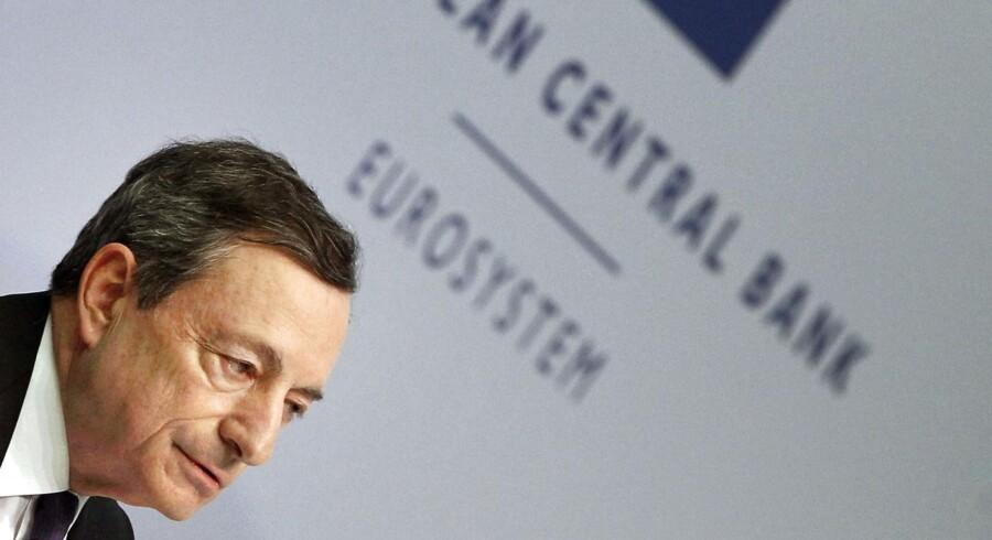 Chefen for Den Europæiske Centralbank, ECB, Mario Draghi regner med, at den europæiske rente forbliver uændret til mindst hen over sommeren 2019. Den ledende europæiske rente er på historisk lave -0,4 pct. i øjeblikket.