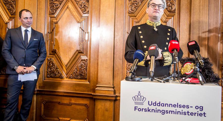 Tiltrædende minister Tommy Ahlers og afgående minister Søren Pind (V) under ministeroverdragelse i Uddannelses- og Forskningsministeriet i København, onsdag den 2. maj 2018. Brevet fra Søren Pind til de videregående uddannelsesinstitutioner er sendt den 11. april samme år.