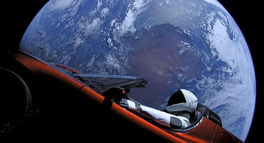 I februar spærrede superiværksætteren Elon Musk vores øjne op med opsendelsen mod Mars af en rød el-sportsvogn inklusiv »chauffør«.
