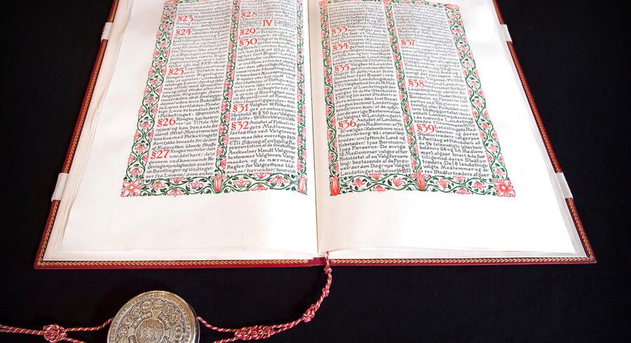 Den originale grundlov ligger i Landstingssalen på Christiansborg. Medlemmer af Folketinget har pligt til at opretholde, beskytte og forsvare den forfatningsmæssige orden. Det er ikke altid lige nemt. Arkivfoto: Nils Meilvang/Ritzau Scanpix
