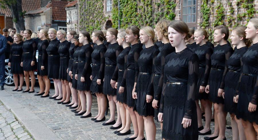 Man bliver ikke populær på at synge »den danske sang er en ung blond pige« på CBS. Her optræder DRs pigekor under Copenhagen Fashion Week 5. august 2014.