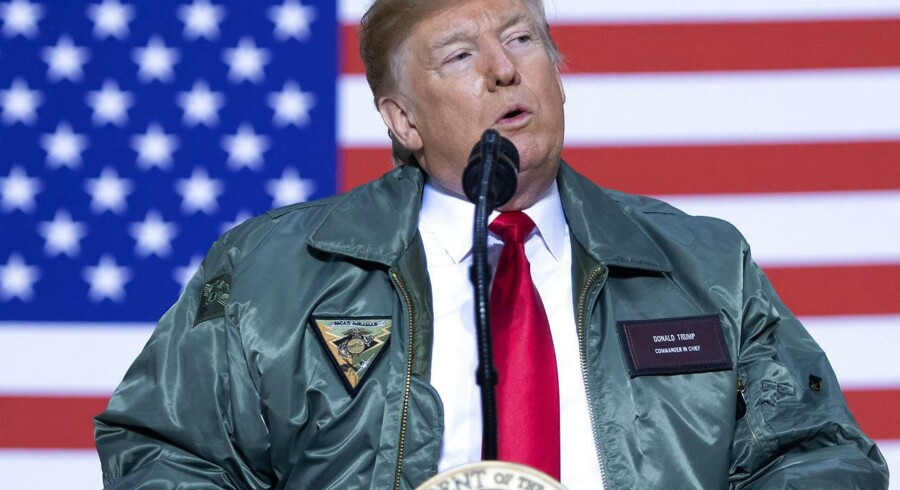 Den amerikanske præsident Donald Trump aflagde Al Asad luftbasen i Irak et uventet besøg 26. december. I de tre timer, han var i landet, fortalte han soldaterne om, hvordan han ingen planer havde om at trække dem hjem – men irakiske politikere er nu så fortørnede, at de selv vil sende soldaterne hjem.