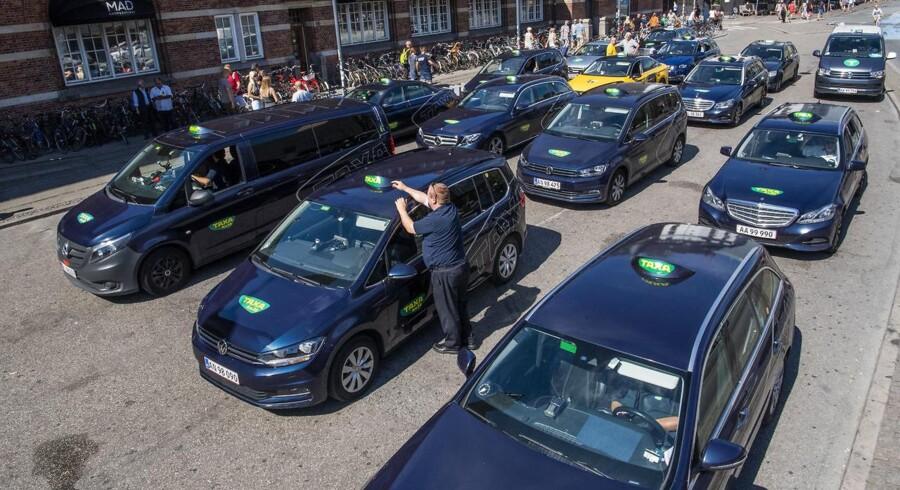 Selv om taxiturene er blevet dyrere, så er det ikke en marginal lønbonus, som taxichaufførerne indkasserer jule- og nytårsaften. For flere taxier på gaderne betyder færre kunder pr. vogn.
