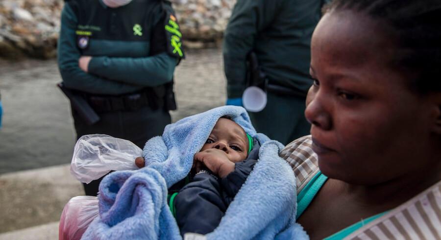 Tre dage før juleaften blev et lille barn sammen med 300 andre migranter reddet af den spanske NGO Proactiva Open Arms i Middelhavet. Andre europæiske lande nægtede skibet, de sejlede med, adgang. Foto: AP/Olmo Calvo/Ritzau Scanpix