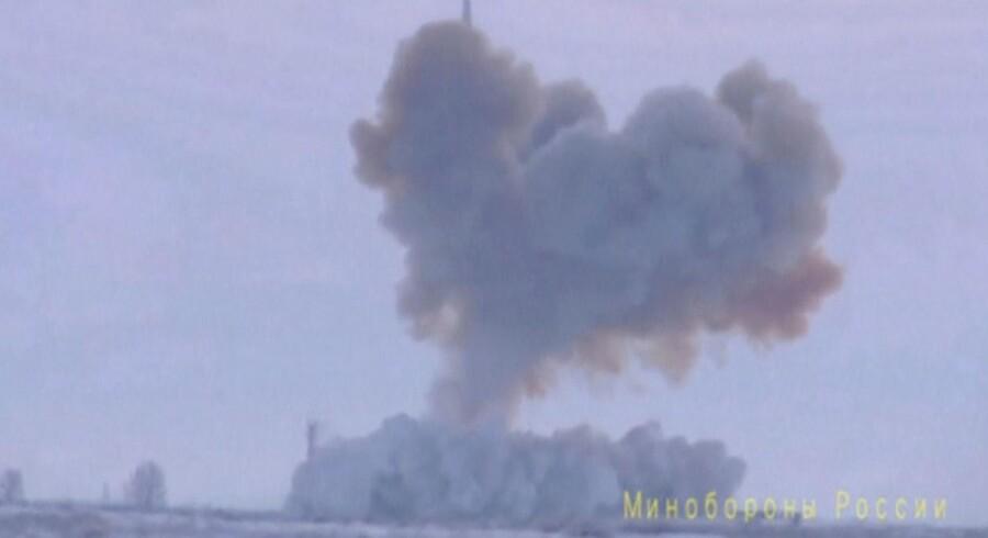 Ruslands nye hypersoniske missil, Avangard, kan angiveligt nå en hastighed på 33.000 kilometer i timen. Her ses billeder af den første test af missilet foretaget i Orenburg-regionen 26. december, som det russiske forsvarsministerium har frigivet.