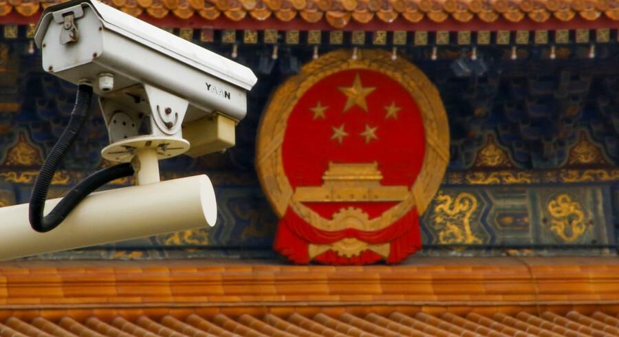 En af Kinas mange overvågningskameraer hænger over Den Himmelske Freds Plads i Beijing.