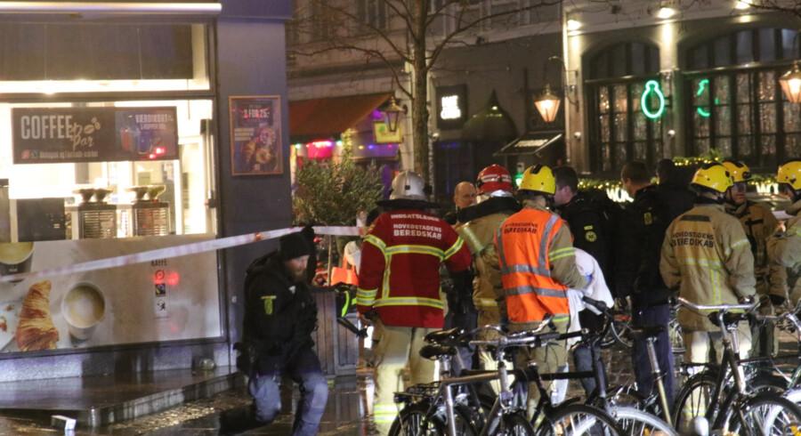 Redningsmandskab arbejder med den døende ung mand tidligt på morgenen tirsdag på Gothersgade og Borgergade i København. Mathias øgendal/Ritzau Scanpix